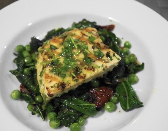 カジキマグロのグリル ケールとグリンピースのホットサラダ